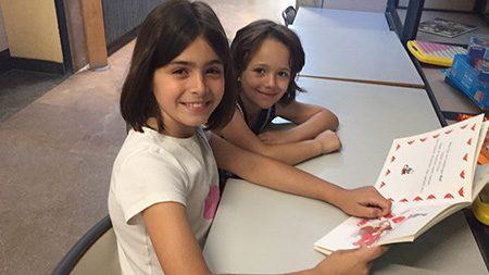 Paten lesen mit den Vorschulkindern in der Grundschule